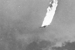 Khoảnh khắc cuối cùng của chiếc máy bay Nhật trúng đạn từ tàu chiến Mỹ