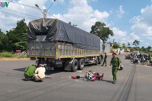 Va chạm với xe tải rẽ vào đường cấm, nam sinh tử vong