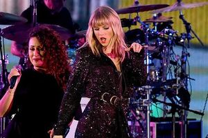 Taylor Swift mặc romper đẳng cấp, 'quậy tưng' trên sân khấu ca nhạc