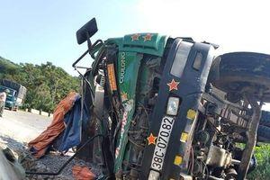 Lật xe tải chở đá, tài xế tử vong trong ca bin