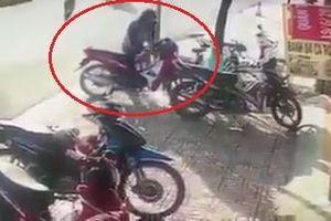 Trộm xe máy bị người dân đạp ngã vây bắt giữa đường