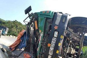 Nghệ An: Xe tải mất lái lật ngang giữa đường, tài xế tử vong trong cabin