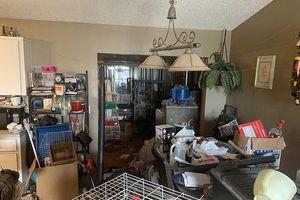 Bố mẹ để 3 con nhỏ sống trong căn nhà ngập rác và chất thải động vật