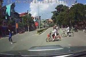 Ô tô không giảm tốc độ khi qua trường học húc văng nữ sinh, người đăng clip bị sỉ vả