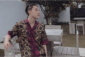 Chỉ mặc áo hoa lá cành thôi mà Sơn Tùng tỏa ra sức hút khó cưỡng, fans ráo riết kiếm 'thông tin' set đồ