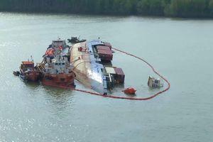 Hơn 130 tấn dầu được hút ra khỏi tàu chìm trên sông Lòng Tàu