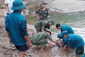 Trục vớt thành công quả bom nặng hơn 300 kg dưới sông