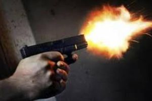 Rút súng bắn đối thủ rồi bỏ trốn