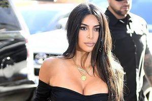 Kim Kardashian tôn vòng một đầy đặn với đầm ôm sát