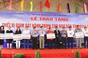 Tặng thiết bị giám sát hành trình cho ngư dân tỉnh Bình Định