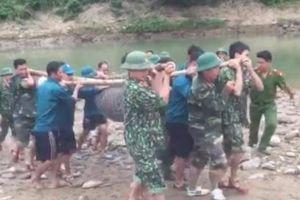 Nghệ An: Trục vớt quả bom 1,2m sót từ thời chiến tranh dưới sông Nậm Mộ