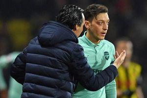 HLV Emery nói gì khi gạch tên Ozil khỏi trận đấu ở Europa League?