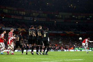 Arsenal thắng siêu kịch tính nhờ 2 siêu phẩm sút phạt của Pepe