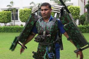 Người đàn ông Ấn Độ chế tạo áo giáp Iron Man với súng điều khiển từ xa