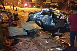 Kinh hoàng khoảnh khắc xe khách tông nát taxi ở Quán Hành