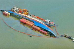 Hàng trăm tấn dầu từ tàu chìm ở Cần Giờ được gom thế nào?