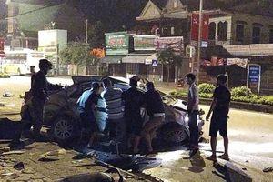 Taxi bị xe khách tông nát bét, 3 hành khách tử vong, tài xế nguy kịch