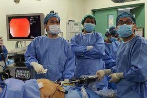 Bác sĩ Việt Nam hỗ trợ kỹ thuật mổ robot cho bác sĩ Philippines