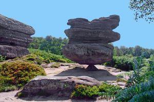 Kỳ lạ những tảng đá cổ nằm chênh vênh trăm năm mà không bị đổ