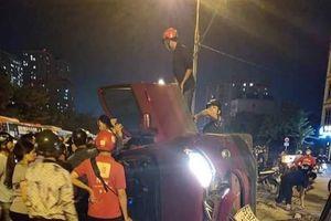 Ôtô FordEcosport tông vào dải phân cách lật nghiêng, cả nhà thoát chết