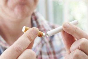 Mọc đốm trắng trên lưỡi, nguy cơ biến chứng ung thư vì hút thuốc