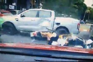 Xe bán tải mất lái, hạ gục 5 thiếu nữ đi xe máy
