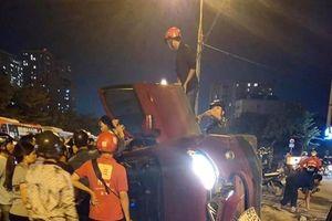 Hà Nội: Ô tô bất ngờ lật nghiêng giữa đường, nhiều người đi cạnh hú hồn