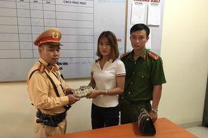Cô gái may mắn tìm được ví tiền nhờ CSGT