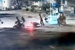 Camera ghi lại cảnh cướp xe máy táo tợn trong đêm ở TPHCM
