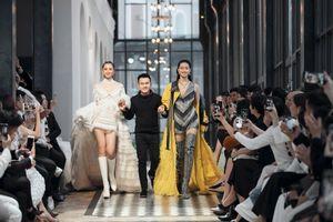 Tiểu Vy, Lương Thùy Linh mặc váy ngắn, làm vedette giữa Sa Pa giá lạnh