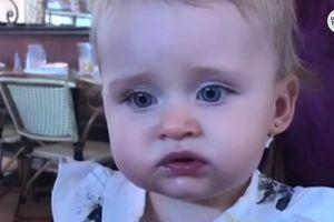 Phản ứng ngộ nghĩnh của bé khi lần đầu ăn miếng chanh