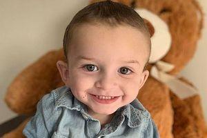 Cậu bé chập chững bước đi sau 2 ngày mổ não trị bệnh hiếm
