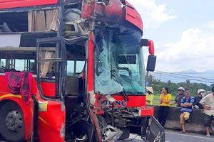 Đâm vào đuôi xe container, tài xế và phụ xe khách bị thương