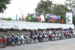 'Kỳ lạ' những hàng xe thẳng tắp trước giờ tan trường ở Hà Tĩnh