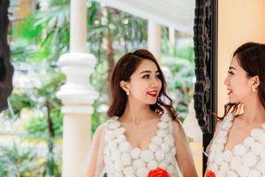 Ngắm nhìn vẻ đẹp chiếc váy từ 400 bông hoa nilon với thông điệp bảo vệ môi trường