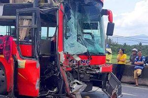 Tông vào đuôi xe container, tài xế và phụ xe ô tô khách bị thương nặng