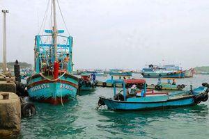 Cứu hộ tàu cá bị hỏng máy ở biển Phú Quý