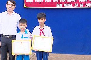 Bộ GD-ĐT tặng bằng khen 2 học sinh nhặt được tiền trả lại cho người mất