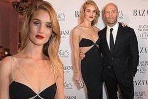 'Người vận chuyển' Jason Statham ôm eo không rời bạn gái ở sự kiện