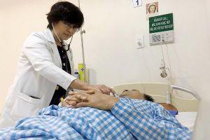 Cắt lể 'trị trúng gió', một người đàn ông nguy kịch vì bị nhiễm khuẩn máu