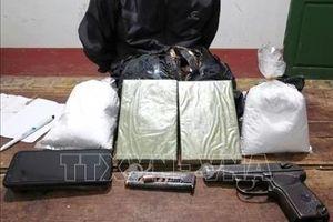 Bắt đối tượng mang súng K59 vận chuyển 2 bánh heroin và 3,5 kg thuốc phiện