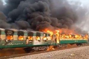 Cháy tàu khiến nhiều khách nhảy thoát thân ở Pakistan, 70 người chết