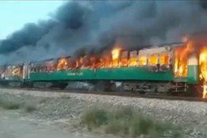 Hàng chục người lao khỏi tàu cao tốc cháy ngùn ngụt, thương vong không ngừng tăng