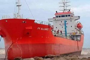 Quảng Ngãi: Lũ lên nhanh, tàu hàng 5.000 tấn bị sóng đánh lên bờ