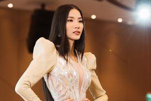 Á hậu Hoàng Thùy gặp trở ngại, bị chê 'thiếu tự tin' khi catwalk