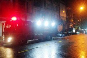 Cảnh sát cứu 3 người kẹt trong đám cháy