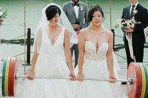 Hai cô dâu nâng tạ trong đám cưới đồng giới