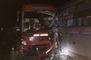 3 xe khách tông liên hoàn trong đêm, nhiều người bị thương