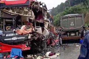 Xe khách nát bươm đầu sau va chạm xe ben trên quốc lộ