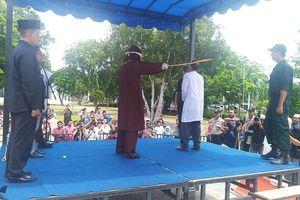 Phạm tội ngoại tình, giáo sĩ Hồi giáo Indonesia bị đánh công khai
